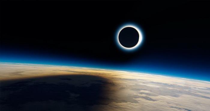 Eclipse solar total visto desde fuera de la Tierra